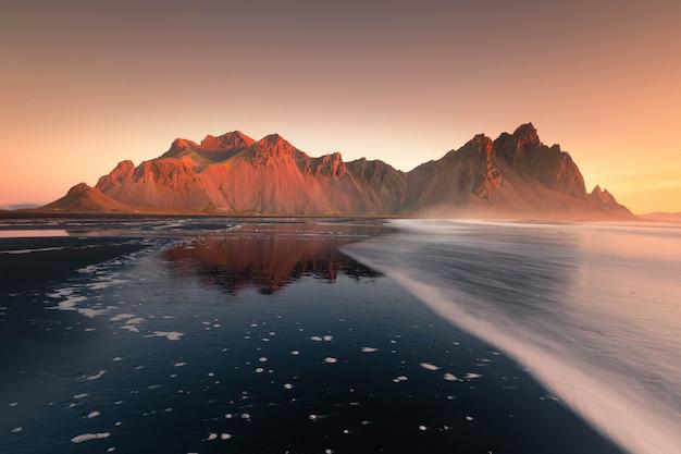 アイスランド、ストックスネスビーチからヴェストラホルン山を眺める。 Premium写真