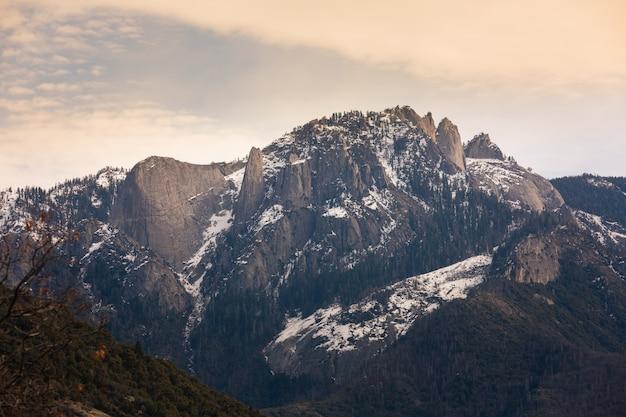 カリフォルニアのセコイアとキングスキャニオン国立公園でキャッスルロックスノース山 Premium写真