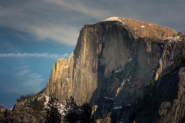 カリフォルニア州ヨセミテ国立公園のハーフドームを見る Premium写真