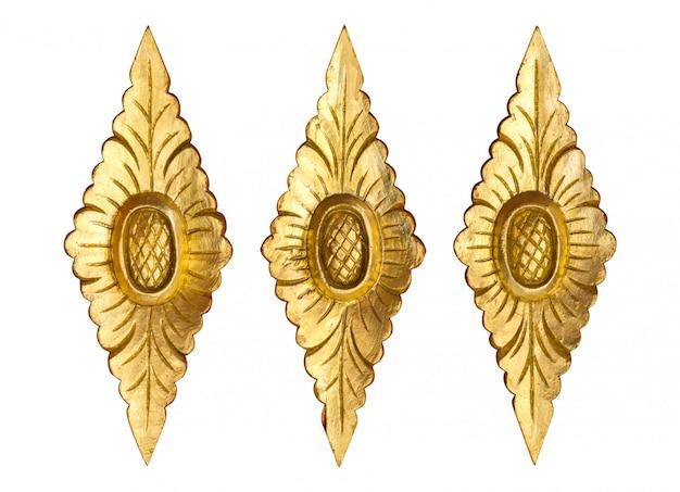 白で隔離ゴールドの木彫りの花のパターン Premium写真