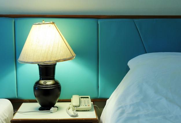テーブルランプと寝室の電話 無料写真