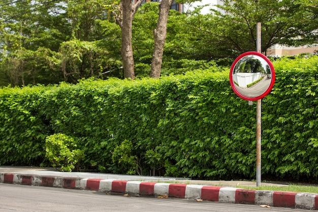 道路の隅にある交通凸鏡 無料写真