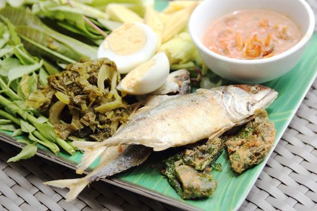 サバの魚の揚げ物、チリソース、揚げた野菜 無料写真