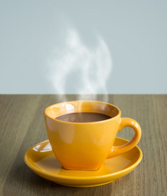 Дымящаяся чашка кофе на столе Бесплатные Фотографии