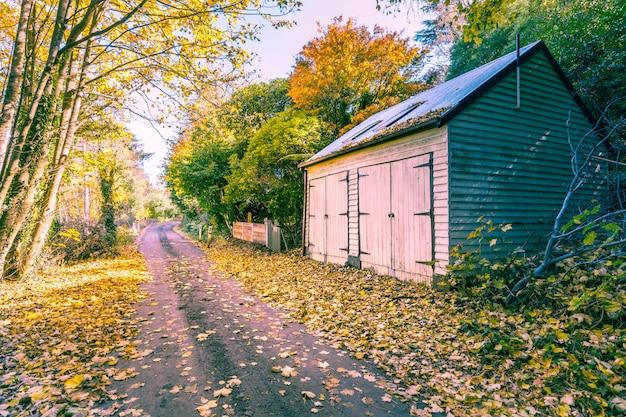 道路と納屋のある秋の風景 Premium写真