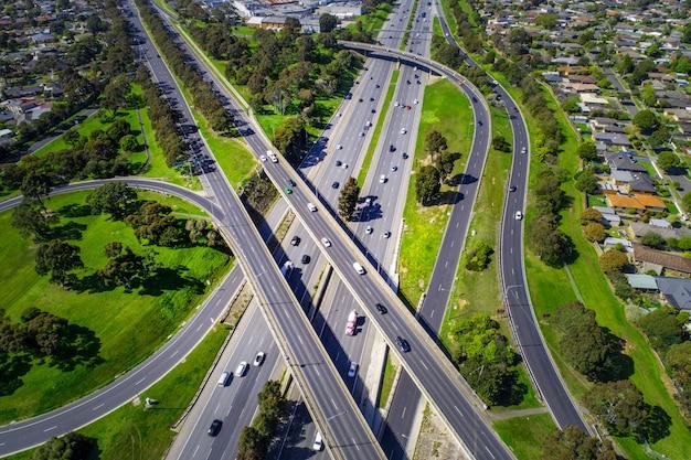 高速道路インターチェンジ空撮を見下ろす Premium写真