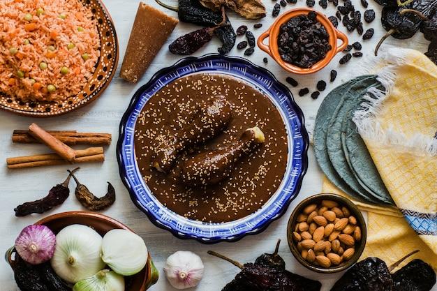 ほくろメキシコ人、ポブラノほくろ成分、メキシコの伝統的なメキシコのスパイシーな料理 Premium写真