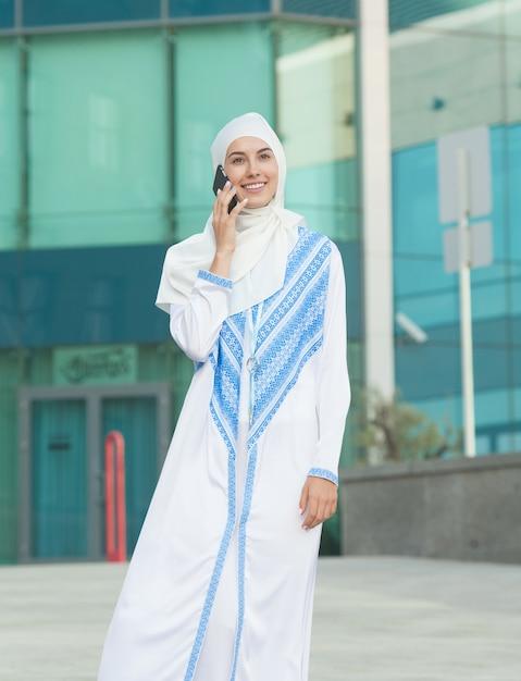 電話で話しているイスラム教徒の女性 Premium写真