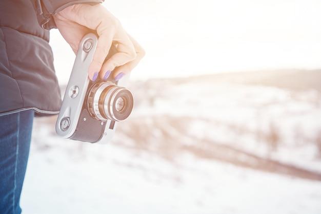 古いカメラを保持している女の子 Premium写真