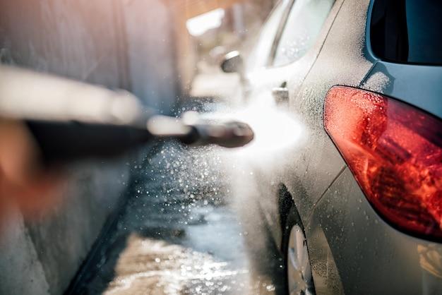 高圧洗浄機による洗車 Premium写真