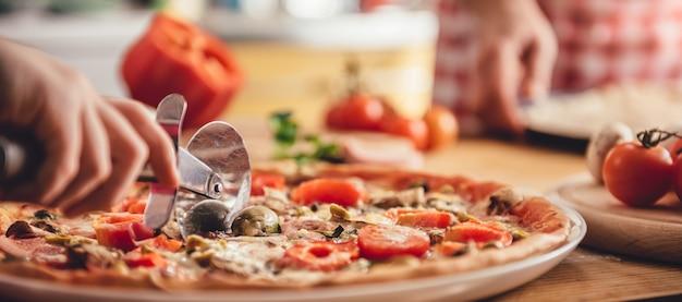 女性カッティングピザ Premium写真