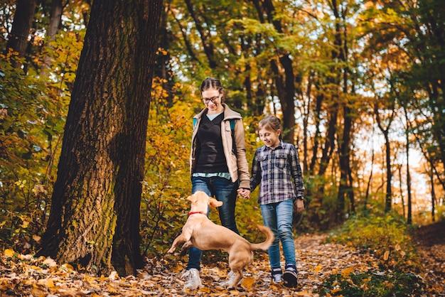 母と娘の犬のハイキング Premium写真