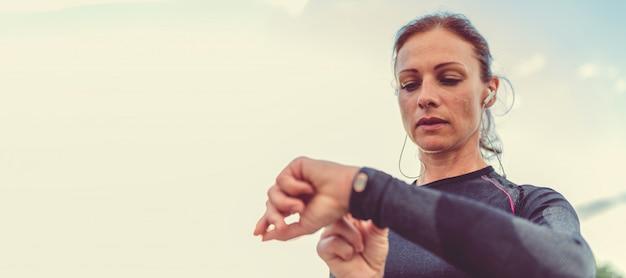 女性のフィットネストラッカーをチェック Premium写真
