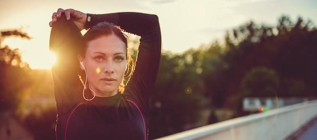 Женщина делает растяжку Premium Фотографии