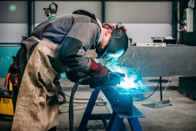 トーチ付き工業用溶接機 Premium写真