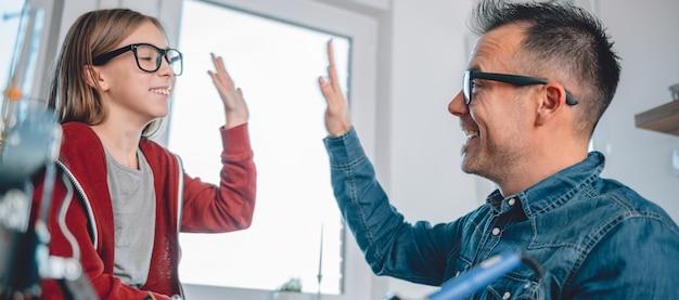 父と娘の電子部品の作業と応援 Premium写真