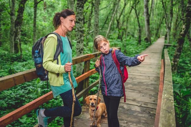 Мать и дочь с собакой, походы в лес Premium Фотографии
