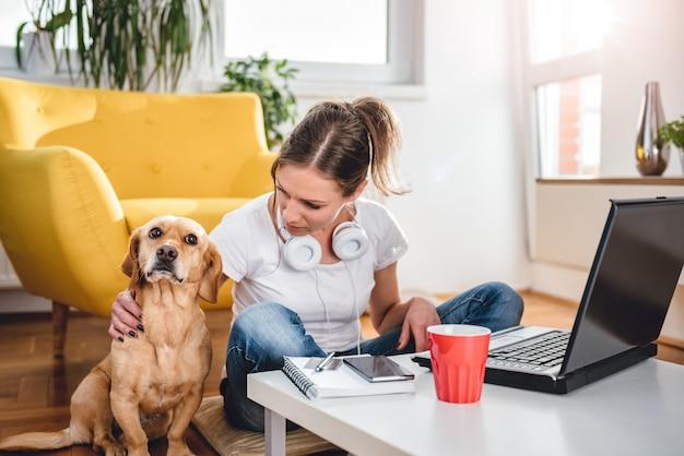 Женщина поглаживая собаку Premium Фотографии
