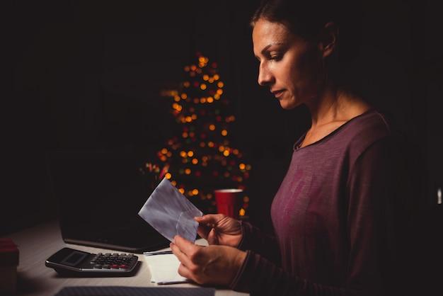 Женщина работает поздно ночью в домашнем офисе Premium Фотографии