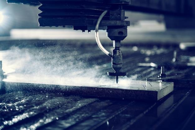 鋼板を切断するウォータージェットカッター機 Premium写真