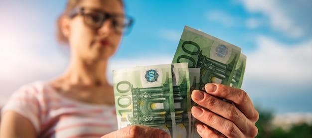 お金を数える女性 Premium写真