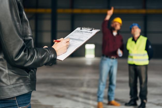 レポートを作成する建設現場検査官 Premium写真