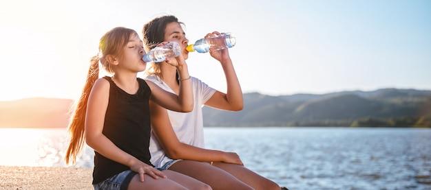 女の子は水を飲む Premium写真