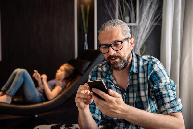 自宅でスマートフォンを使用している人 Premium写真