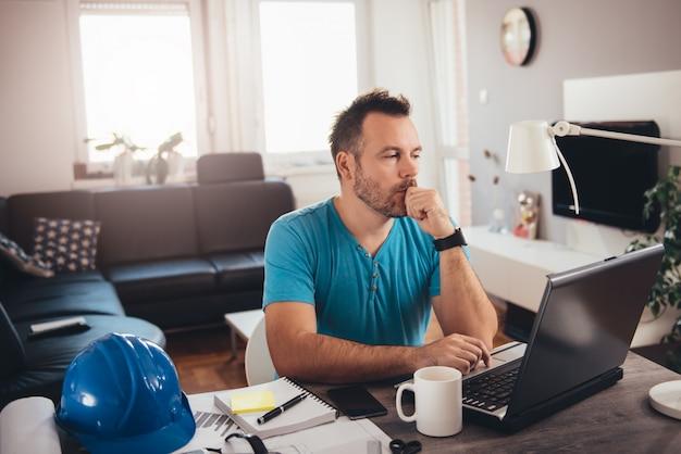 Человек работает на ноутбуке Premium Фотографии