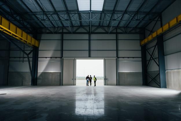 ブループリントのある職場での建築家チーム Premium写真
