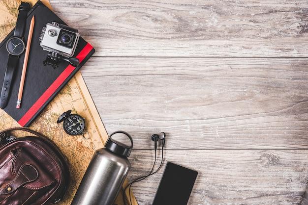木製の背景にカメラマン用品 Premium写真