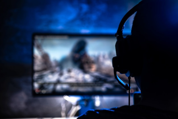 ビデオゲームをプレイする男性 Premium写真