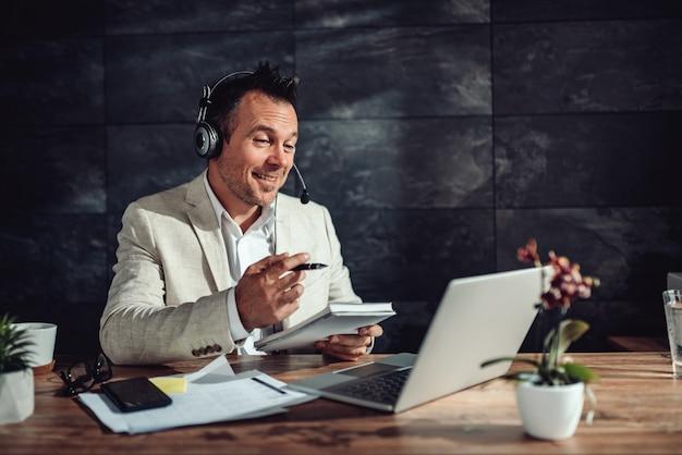 彼のオフィスでオンライン会議を持つ実業家 Premium写真