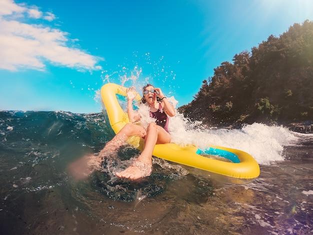 大きな波に飛びかかる女の子 Premium写真