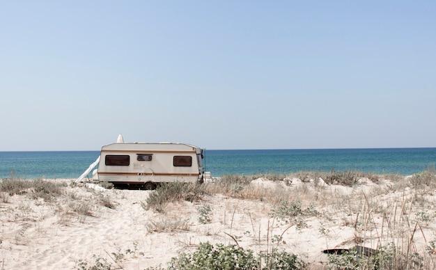 Туризм, отдых и путешествия. туристический фургон и песчаный пляж с видом на черноморское побережье на юге украины, херсонская область. европа Premium Фотографии