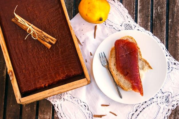 マルメロジャム付きトースト付きマルメロキャンディボックス Premium写真