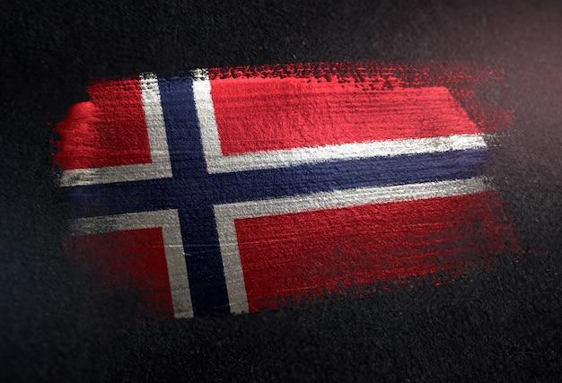 グリルダークウォールのメタリックブラシペイントで作られたノルウェーの旗 Premium写真