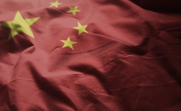 しわくちゃの中国国旗をクローズアップ Premium写真