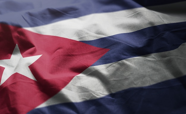 しわくちゃのキューバの国旗をクローズアップ Premium写真