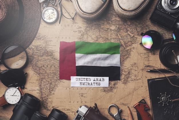 Флаг объединенных арабских эмиратов между аксессуарами путешественника на старой винтажной карте. верхний выстрел Premium Фотографии