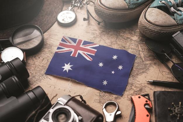 古いビンテージマップ上の旅行者のアクセサリー間のオーストラリアの旗。観光地のコンセプト。 Premium写真