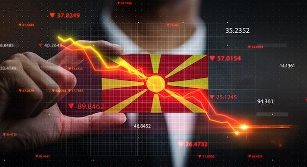 マケドニア共和国の旗の前で落ちるグラフ。危機の概念 Premium写真