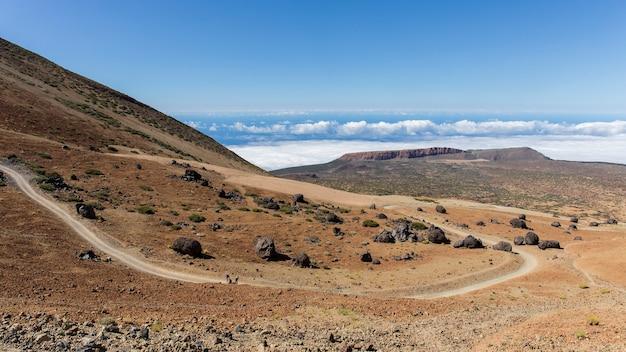 Подъем на вершину тейде по белой горной тропе. Premium Фотографии