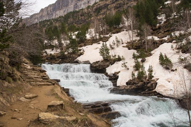 雪でオルデサ国立公園のアラザス川の滝。 Premium写真