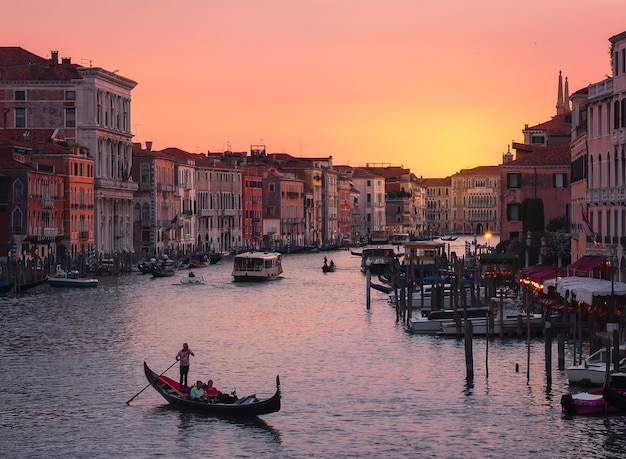 Панорамный вид на венецию, на закате, от моста риальто на закате Premium Фотографии