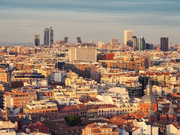 Воздушные виды архитектуры и горизонта испанской столицы на закате Premium Фотографии