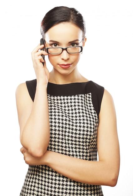 Молодая бизнес-леди с мобильным телефоном Premium Фотографии