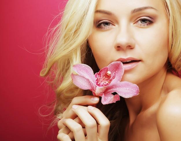 蘭の花を持つ女性 Premium写真