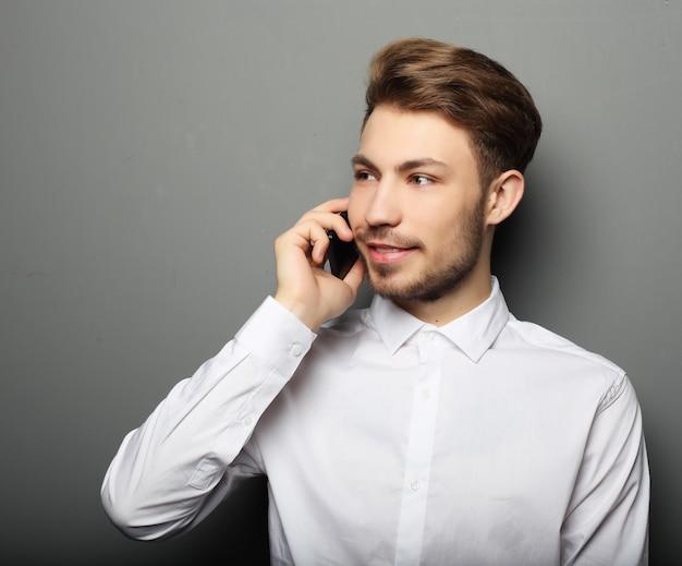 電話で話している青年実業家の肖像画 Premium写真