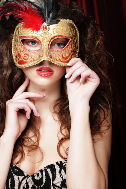 ベネチアンマスカレードカーニバルマスクを持つ女性 Premium写真